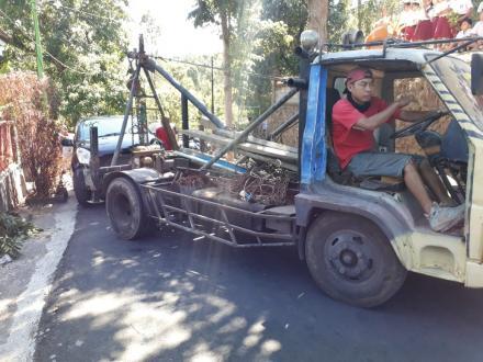 Kaget, Mobil Splash Tabrak Pohon Di SDN 3 Selat